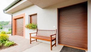 Venkovní okenní rolety patří k nejoblíbenějším typům stínicí techniky na trhu. Moderní technologie umožnily výrobcům rozšířit funkce rolet z pouhého stínění na prvek komplexní ochrany domova a jeho obyvatel. Díky umístění zvenčí zabraňuje stínění přehřívání oken a tím i interiéru. Vhodně zvolené rolety navíc mimo stínu zajistí i kompletní zatemnění místnosti, což uživatelé vítají především v ložnici. (MINIROL)