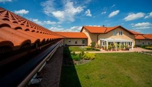 Vybíráte novou střechu nebo plánujete rekonstrukci a potřebujete poradit? Mezi oblíbené patří v posledních letech střešní krytiny Terran, které nabízejí široký sortiment, bohatý výběr barev a tvarů, výborné služby a jako jediné mezi výrobci betonových střešních krytin až 50letou záruku.