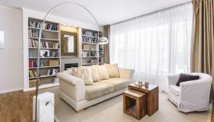 Šperkem obývací zóny je ikonická stojací lampa Arco značky Flos. Věřte nebo ne, díky manipulaci sjejím mramorovým podstavcem během focení jsme ušetřili zalekci vefitku.