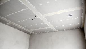 Hlavičky vrutů je třeba přetmelit aspoje desek přelepit páskou. Nakonec se povrch podhledu přestěrkuje tenkou vrstvou tmele, aby vznikla jednolitá kompaktní plocha.