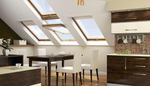 Přirozené denní světlo v podkrovních místnostech zajistí důmyslná sestava střešních oken. Pokud to umožňuje konstrukce střešního pláště, pak lze vhodnou kombinací oken a volbou jejich typu i rozměrů docílit velkého efektu (Fakro)