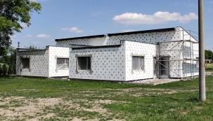 Pevné připojení izolace k fasádě zajistila síť plastových terčíků, které jsou dlouhými ocelovými trny přikotveny až do zdiva.