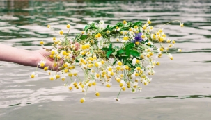 Hodí-li dívka věnec zdevatera kvítí do vody, zjeví se jí na hladině tvář budoucího ženicha.