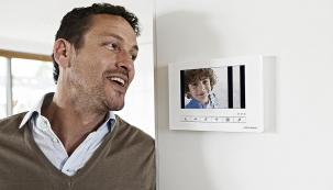 Domovní videotelefon ABB-Welcome s dotykovým displejem přináší nové možnosti komunikace mezi veřejnou  a soukromou sférou. Systém je  v naprosté harmonii s vnitřní  i vnější architekturou (ABB)