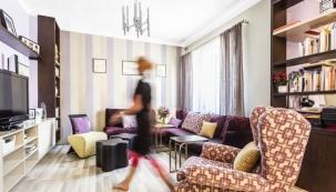 Vtéto staré části vily bylo žádoucí částečně zachovat historizující styl první republiky. Celkové ladění obývacího pokoje se odvíjelo odbarvy sedačky. Potahové látky, závěsy atapetu pořídila designérka ufirmy Italia Interior Design.