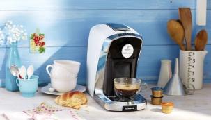 Kapslový kávovar Tchibo Cafissimo TuttoCaffè, 3 různé tlaky pro spařování kávy napřípravu dokonalého espressa, caffè crema, filtrované kávy ačaje, integrovaný zásobník napoužité kapsle avýškově nastavitelná iodnímatelná odkapávací miska pro různé typy šálků, www.tchibo.cz