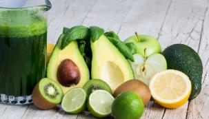 Smoothies, tedy koktejly z vody a rozmixovaného, ovoce, zeleniny ořechů, koření a jiných prospěšných a lahodných přísad, si právem získávají místo v moderní kuchyni. Smoothies jsou rychlá na přípravu, chutná, zdravá a výživná. A pro zelená smoothies to platí dvojnásob.