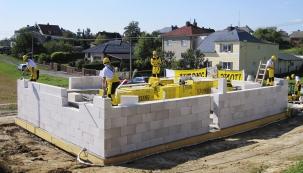 Pórobetonové tvárnice se řadí knejoblíbenějším stavebním materiálům. Výrobce nabízí kompletní modulový systém, zněhož postavíte dům doslova od základu po střechu.