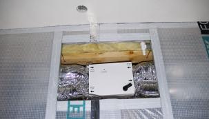 Vzduchotechnická jednotka nevyžaduje příliš prostoru a pohodlně se vejde do stropu technické místnosti.