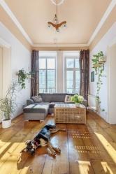 Průchozí obývací pokoj sfrancouzskými okny umožňuje vstup nabalkon, je tu ikrb. Místnost slouží především kodpočinku asledování televize.