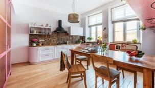 Vtéto kuchyni se žije. Rodina usedá nateakové židle okolo masivního teakového stolu (Snell Furniture) aMartin rád odpočívá naatraktivní, sostatním vybavením zcela nesourodé lavici, která kuchyň zajímavě oživuje.