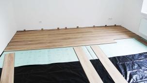 Základ plovoucí podlahy tvoří černá fólie (parozábrana), naniž se pokládá tlumicí podložka zpolystyrenu. Nakonec jsme položili lamely se spoji napero adrážku. Vybrali jsme dekor sautentickým vzhledem dubu.