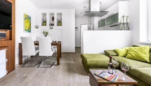 Miniaturní byt vyřešila architektka tak šikovně, že je světlý, vzdušný anabízí majitelům velmi komfortní bydlení se vším, co požadovali.