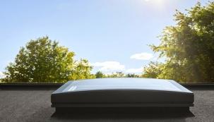Společnost VELUX, přední výrobce střešních oken a jejich příslušenství představuje jako první na světě inovativní novinku – světlík se zaobleným zasklením. Atraktivní řešení pro ploché střechy ocení architekti i majitelé domů. Nový světlík se se zaobleným bezrámovým zasklením bude v nabídce v osmi různých velikostech a za dostupnou cenu.
