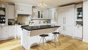 Při výrobě používá výhradně prvotřídní materiály, certifikované dřevo a kvalitní kování. Hš Rustikal dodržuje tradiční řemeslné postupy opracování a spojování materiálu, které zaručují vysokou estetiku a dlouhou životnost nábytku. Povrchové úpravy jsou aplikovány ručně kvalitními barvami, laky či ekologickými oleji.