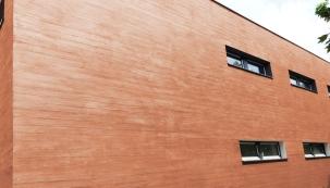 Chcete jít ruku v ruce se současnými fasádními trendy? Pořiďte si na dům omítku, která bude imitovat texturu dřeva. Docílíte přírodního vzhledu, přitom si ušetříte čas a energii, kterou byste v budoucnu museli věnovat údržbě skutečných dřevěných obkladů. (CEMIX)