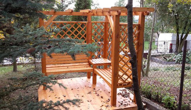 """Projekt č. 32: Zahradní pergola s lesními prvky - Valerie Čermáková: """"Postavili jsme si zahradní pergolu s lesními prvky na předzahrádce rodinného domu. To vyžadovalo úpravu pozemku 2x2 metry. Samotná montáž z dílů byla hotová za jediný den."""""""