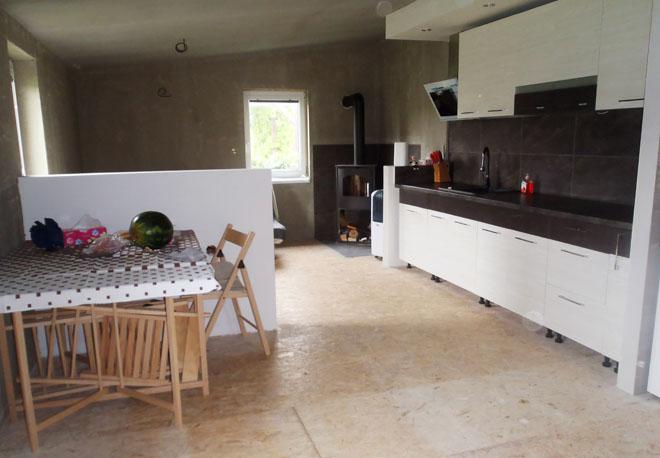 """Projekt č. 30: Výroba kuchyně a další práce v interiéru: """"Jelikož se rozrůstáme jako rodina, předělávám současnou kuchyň v rekreačním domku na malý obývák s kuchyňskou linkou. Vše sám, svépomocí. Tedy občas s pomocí přátel... Cetris desky jsou opravdu těžké :-)"""""""
