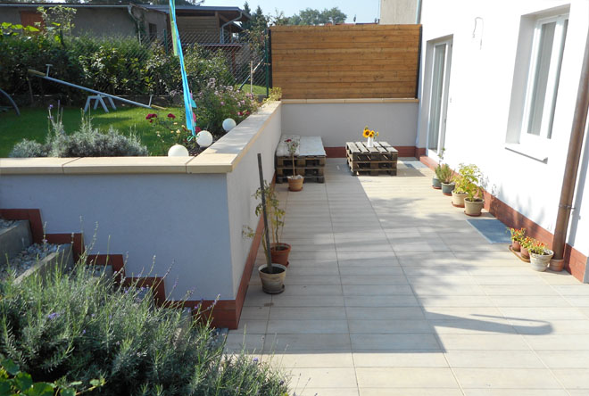 """Projekt č. 31: Nová terasa a schodiště - Mirka Zeglonová: """"V loňském roce jsme zvládli fasádu a z terasy se stalo staveniště. Proto úkol letošního léta zněl jasně – uklidit, vybrat dlažbu a zútulnit tak, ať máme kde relaxovat. Výsledek posílám na fotografiích."""""""