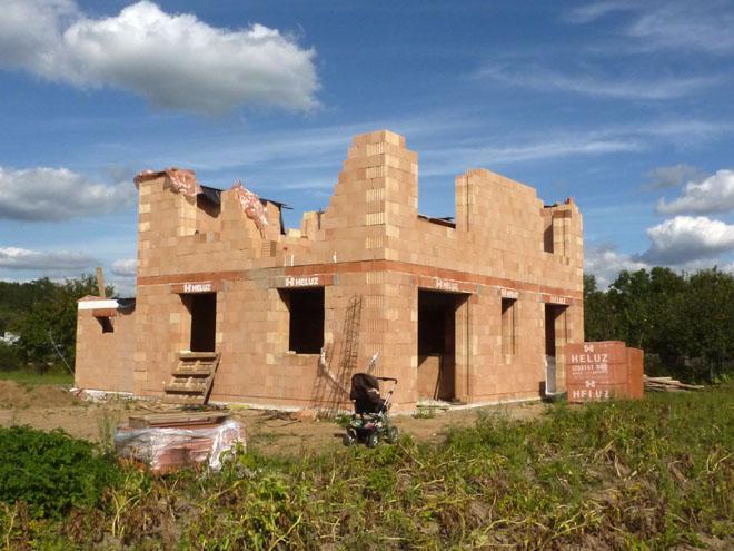 """Projekt č. 37: Hrubá stavba rodinného domu svépomocí - Ivana Boukalová: """"V březnu jsme po dvou letech konečně obdrželi stavební povolení, které okamžitě vyvolalo stavební euforii. Chtěli jsme stavět svépomocí, i když jsme si říkali, že občas poptáme nějakého místního nezaměstnaného, který nám pomůže. Protože se ale nikomu moc pomáhat nechtělo, vše to začal manžel dřít sám. Do této doby pracovník v oblasti IT se pustil do vybudování základové desky, a následně i hrubé stavby. Aktuálně chybí posledních pár cihel v druhém nadzemním podlaží po obvodu a vnitřní příčky. Na půlku září máme objednaného tesaře a pokrývače. Pevně věříme, že do uzávěrky bude dílo pod střechou :)"""""""