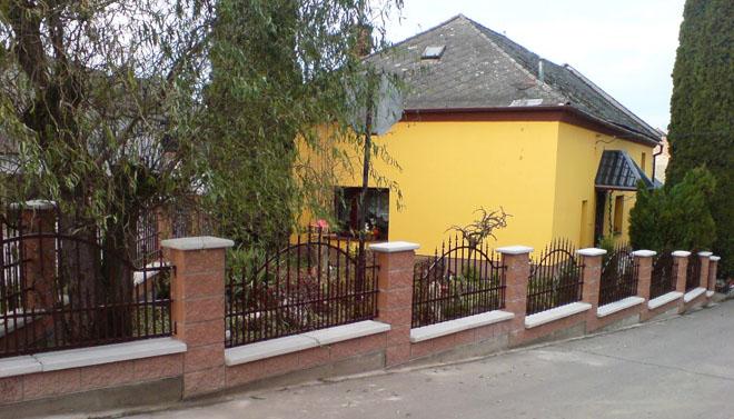 Projekt č. 8: Plot kolem zahrady - Jana Metlíková: Měli jsme kolem domu a zahrady dva ploty, každý jiný, a tak jsme se rozhodli výměnu obou plotů za jeden. Většinu práce dělal manžel sám. Trvalo to sice tři roky, ale konečně je plot hotový, celkem 80 metrů.