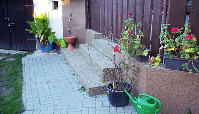 Projekt č. 10: Schody ke vchodu - Josef Říha: Zasílám fotografii schodů v topstone. Myslím, že na to, že nejsem řemeslník, se mi to povedlo. Oblékl jsem schody do nového kabátu. Boky schodů jsou udělané z marmolitu, krásně se to sladilo. Nejsem řemeslník, o to víc mě těší, že při napjatém rodinném rozpočtu dokážu budovat vlastními silami a dělat náš domov krásnější.