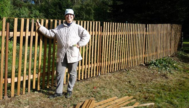 Projekt č. 13: Plot na jižní straně zahrady - Marie Zdebská: Odhodlání bylo veliké, ale nakonec se nám povedlo postavit jen polovinu plotu. Nezoufáme si, zbývající část postavíme hned na jaře. Díky získaným zkušenostem to půjde mnohem lépe a snad nebudeme mít ani tolik modřin...