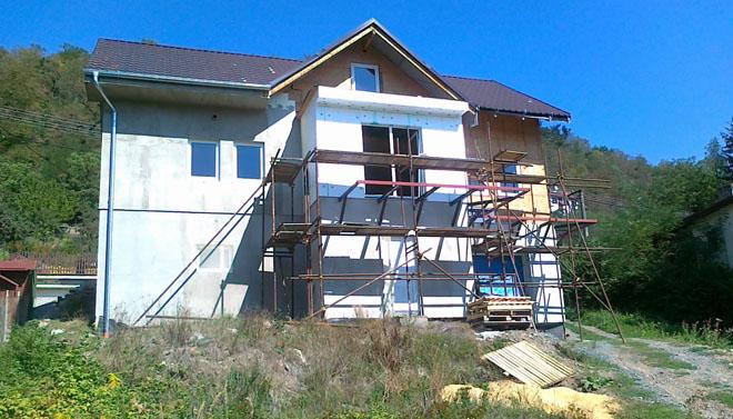 Projekt č. 6: Stavební práce na domě a zútulnění jeho okolí - Paní Korbelová ze Zbečna: V létě jsme dělali, co bylo v našich silách - já se snažila zútulnit okolí, manžel pracoval na domě, ale protože venku se často nedalo vydržet, začal pracovat i na interiérech...