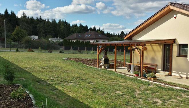 Projekt č. 5: Venkovní plochy, pergola a zahrada - Helena Zemková a Jan Koch: V loňském roce jsme realizovali stavbu rodinného domu a nyní se snažíme svépomocí i s pomocí stavební firmy zrealizovat venkovní plochy, oplocení a příjemné posezení s pergolou, odkud se můžeme nerušeně kochat prací odvedenou na pestré zahradě... Bylo to náročné a bude ještě třeba hodně práce...