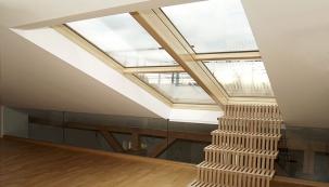 Posuvné střešní dveře Solara PERSPEKTIV: Střešní terasy a zahrady jsou skvělé, ale často jim chybí komfortní přístup. Kdo střešní terasu má či chystá, chce na ni vystoupit po příjemně skloněném i širokém schodišti. Bonusem navíc je prosvětlení prostor, neboť střešní dveře Solara jsou plně prosklené. Jsou posuvné či výklopné, ovládané ručně či integrovanými eletromotory s možností dešťového čidla, připojení do inteligentního řízení bytu a bezpečnostního prostorového čidla. (www.solara.cz)