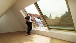 Posuvné střešní prosklení Solara PERSPEKTIV vcentru Vídně, provedení vpřírodním masivu borovice