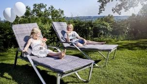 1. Letní poležení, výrobce: KETTLER, www.kettler.cz: Zahradní lehátko ze sestavy Friends je vyrobeno zhliníku, sedací část aopěrky jsou ze vzdušného textilního materiálu. Set nabízí balkonové židle, polohovatelná nebo štosovatelná křesla, stoličky alehátka.