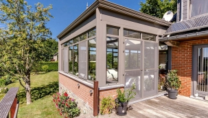 Prostorná veranda, která výrazně rozšiřuje obytnou plochu a tím  i možnosti bydlení ve starém, skvěle zrekonstruovaném domě.