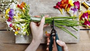 Zahrada poskytuje spoustu potěšení ajedním znich je možnost kdykoliv si utrhnout něco pěkného dovázy. Zkušenější pěstitelé dokáží kombinovat rostliny tak, aby jim zahrádka kvetla povětšinu roku avždy měli ivhodné květy navlastní stůl nebo dodárkové kytice pro své přátele.