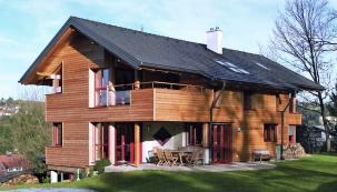 Trendem současné architektury jsou tmavé odstíny střešních tašek, čisté linie aatraktivní povrch. (BRAMAC)