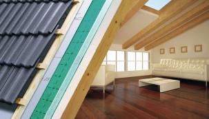 Vsoučasném stavebnictví jsou velkým trendem střechy tmavých odstínů. Barvy jako kaštanová, šedá, antracitová či metalicky černá vytlačují zvýsostné pozice tradiční červenou střechu. Vtéto souvislosti se nabízí  otázka: Nejsou tmavé odstíny kontraproduktivní, neboť se snáze rozpálí avedou kpřehřívání podkroví? Pokud zvolíte krytinu sreflexním povrchem avhodnou izolaci, není se čeho bát.