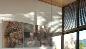 Přírodní materiály jsou v interiérovém designu trvale žádané bez ohledu na období a trendy. Platí to u nábytku stejně jako vnitřní stínicí techniky. Vedle běžných materiálů pro výrobu okenních žaluzií, jako je PVC, textilie nebo hliník, se pro svůj luxusní vzhled používá i dřevo. V případě značky Bematech jde o africkou vrbu Abachi, ze které se vyrábí žaluzie v horizontálním provedení. (Bematech.cz)