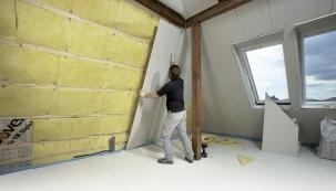 Tepelná izolace tvoří nedílnou součást střešního souvrství. V přehršli používaných materiálů je dnes snadné zvolit efektivní technické řešení, podcenit však nelze ani praktické řemeslné provedení (HORNBACH)