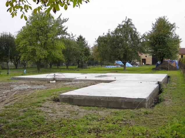 Na závěr jsme udusali podloží desky, položili kari sítě, svázali je po obvodě s výztuží ztraceného bednění a celou plochu nechali vylít betonem C 20/25