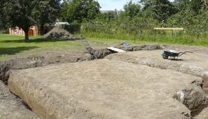 Po obvodu i uvnitř byly provedeny výkopy pro základové pasy obvodových a nosných stěn do nezámrzné hloubky (podle výkresové dokumentace pro založení stavby). Mixy s betonem poté do pasů  a základu pro komín nalily 24 m3 betonu C 20/25