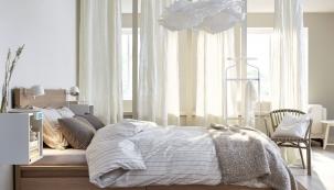 Závěsy Aina, 100% len, 145 x 300cm; Pléd/přehoz Ikea Stockholm, mohérová vlna shedvábným leskem, 130 x 170cm, www.ikea.cz