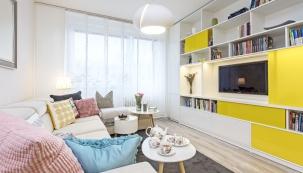 Obývací pokoj volně navazuje nakuchyň. Jemné látky, pastelové barvy akvětinové motivy zněj udělaly romantickou oázu plnou pohody.
