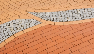 Kromě toho, že se cihlová dlažba v okolí domu skvěle vyjímá, stojí za vaši pozornost i kvůli svým technickým vlastnostem, zejména co se provozních parametrů zpevněného povrchu týče. (Wienerberger.cz)