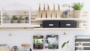 Policový systém z dřevěných hranolů a desek je poměrně jednoduchý na výrobu, vyžaduje však velkou přesnost. Rozměry můžete přizpůsobit vlastním potřebám a police můžete umístit i do obýváku nebo do ložnice.