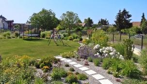 Zahrada u novostavby na okraji rakouské vesničky Kleinhöflein, jen kousek za českými hranicemi, byla od začátku určená především pro čtyřletou holčičku. Hlavním přáním majitelů byl proto prostorný  a nezastíněný trávník, na nějž bude možné umístit různé herní prvky.