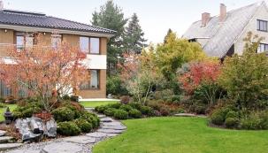 Zahradu vjaponském stylu vČernošicích uPrahy byste nejspíš marně hledali. Je ukryta před zraky kolemjdoucích důmyslnou výsadbou, která zajišťuje majitelům absolutní soukromí.
