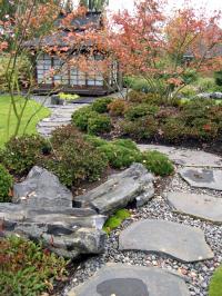 Po kamenech okolo ostrůvků v moři trávníku se dostaneme do tajemného čajového pavilonu.