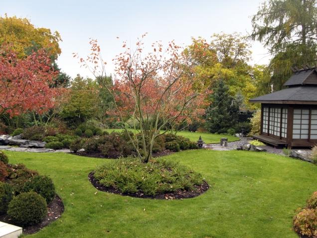 Trávník představuje v koncepci mořskou hladinu, azalkové kopce barevné ostrovy v širém moři a koruny stromů lehce ohýbané větrem jsou putující oblaka. Kompozici vévodí muchovníky, které barví zahradu do červena, kopce jsou osázené azalkami a zakrslými borovicemi.