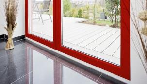 Všechny lakované profily REHAU jsou stříkány v několika vrstvách, díky čemu má výsledné okno dlouhodobou barevnou stálost i odolnost vůči povětrnostním vlivům. Odolnost povrchu lze ještě zvýšit vrstvou čirého laku, který překryje barevné vrstvy.