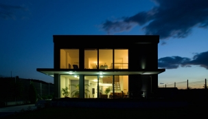 Klasickým představitelem produktu, který se stále častěji uplatňuje při výstavbě rodinných domů, jsou zdvižně-posuvné dveře tzv. HS portály. Naprostou špičkou v této oblasti jsou HS portály GENEO od firmy REHAU.